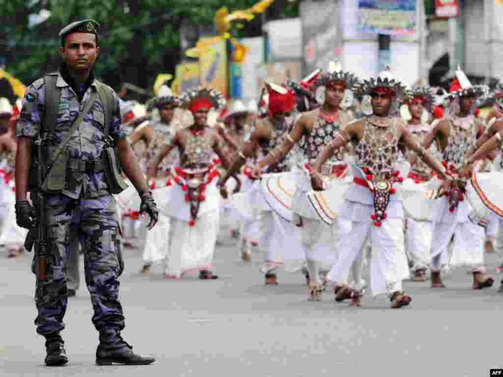 Šri Lanka - Slavlje koje je sponzorilala država - Predsjednik Šri Lanke Mahinda Radžapaksa održala je govor u kojem je i formalno proglasila pobjedu države nad separatističkim pokretom Tamilski tigrovi i okončanje 25-godišnjeg građanskog rata.