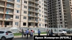 У недостроенного жилого комплекса в Астане.
