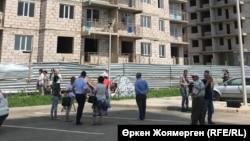 """""""Комсомол"""" тұрғын үй кешені жанында наразылық танытып, аштық жариялаған үлескерлер. Астана, 3 шілде 2018 жыл."""