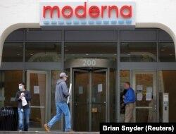 Вхід до головного офісу компанії Moderna Therapeutics, яка також розробляє вакцину проти коронавірусу. Штат Масачусетс, США