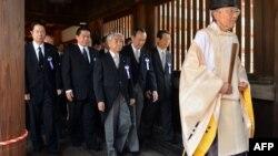 Жапон депутаттары Ясукуни ибадатканасында. август, 2013-жыл