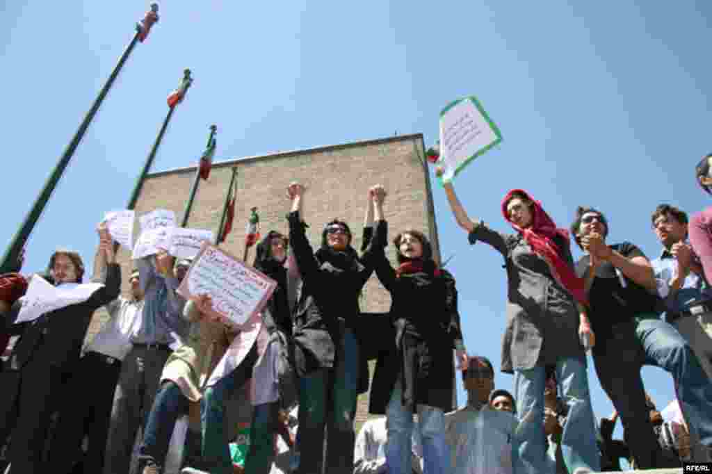 Iran - Iranian students oppose Sivand Dam inundation, Tehran, 21Apr2007