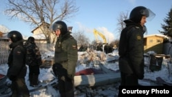Police oversee the eviction of residents from the Rechnik settlement.