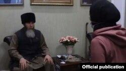 Алина Фадеева из Красноярска принимает ислам в Чечне, повторяя шахаду за муфтием Салахом Межиевым