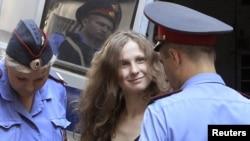 Участница группы Pussy Riot Мария Алехина в ходе процесса принесла извинения одному из потерпевших.