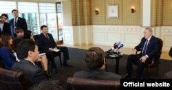 Қазақстан президенті Нұрсұлтан Назарбаев (оң жақта) журналистерге брифинг өткізіп отыр. Гаага, 25 наурыз 2014 жыл.