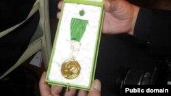 Режиссер Болат Атабаевқа берілген Гете медалі. Германия, 28 тамыз 2012 жыл. (Сурет Лұқпан Ахмедьяровтың Facebook парақшасынан алынған).