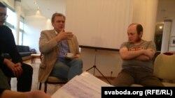 Спэцдакладчык ПАРЭ Андрыс Хэркель і журналіст Паўлюк Быкоўскі