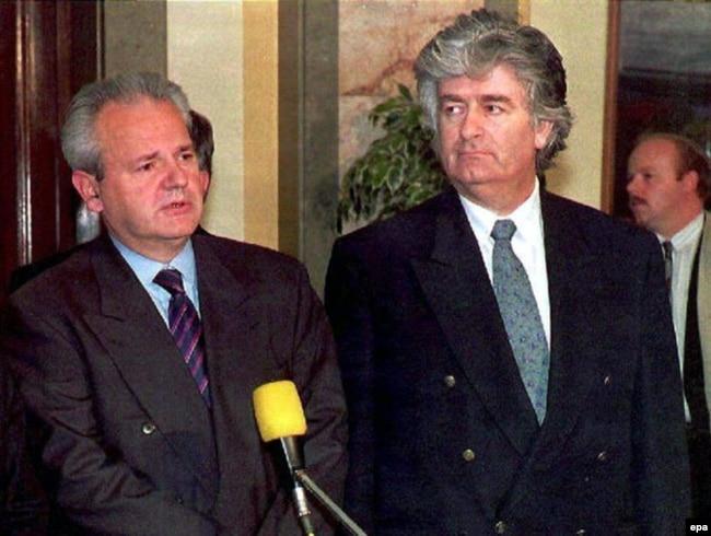 'Milošević (na fotografiji sa Karadžićem) među prvim stvarima koje je uradio je naredba Udbi Srbije da napravi analizu međunacionalnih odnosa u Bosni i Hercegovini, protiv čega je protestovalo rukovodstvo BiH.'