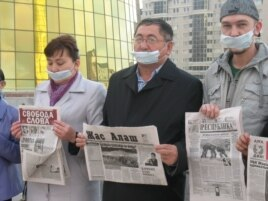 Казахстанские журналисты проводят акцию протеста в Астане. 16 октября 2009 года.