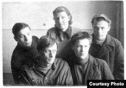 Яўген Ціхановіч (крайні справа) — навучэнец Віцебскага мастацкага тэхнікуму. Неўзабаве маладому мастаку ўлада даверыць аздабленьне «Пісьма вялікаму Сталіну ад беларускага народу»