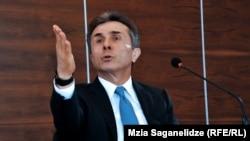 Как и на прежних пресс-конференциях, Бидзина Иванишвили подверг их критике за нежелание объективно отражать позитивные моменты в деятельности правительства «Грузинской мечты»