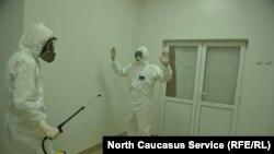 Медики в защитных костюмах, архивное фото