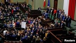 Представники опозиційної «Громадянської платформи», що блокували трибуну парламенту Польщі, залишають приміщення, 12 січня 2017 року