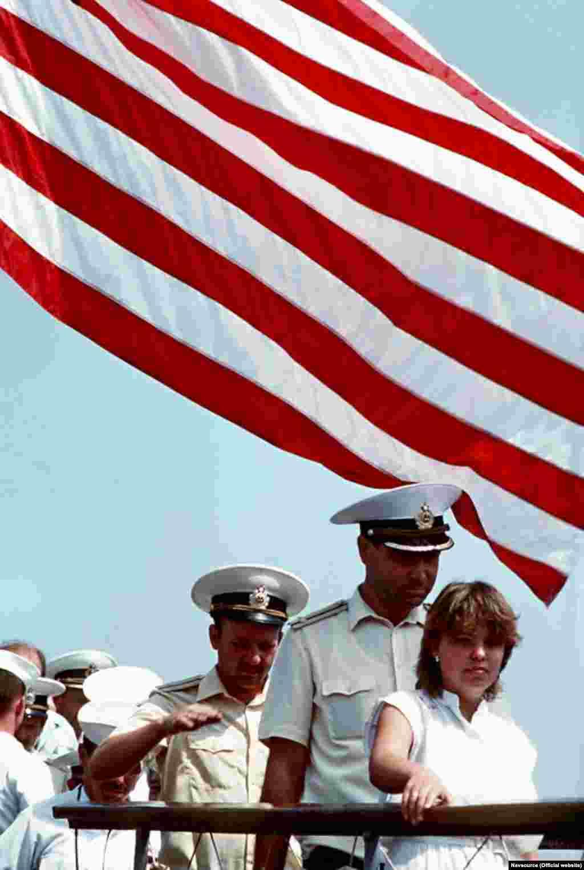 Одночасно на кораблі американського флоту був відкритий доступ для місцевих жителів