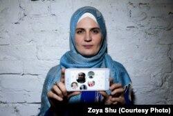 Мумине Салиева показывает фотографии арестованного мужа и их четверых детей