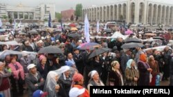 """Митинг оппозиционного движения """"Эл уну"""" на площади Ала-Тоо, 24 апреля 2013 года."""