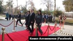 Президент тўнғич қизи алвон гилам устида қарши олинди.