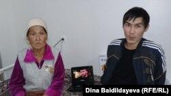 Кайрат Досмагамбетов, раненный во время Жанаозенских событий, и его мать Онайгуль Досмагамбетова в урологическом центре Алматы. 17 октября 2013 года.