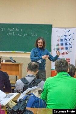 Раман уручае прыз украінцу – аднаму зь пераможцаў беларускай «Віківясны-2015»