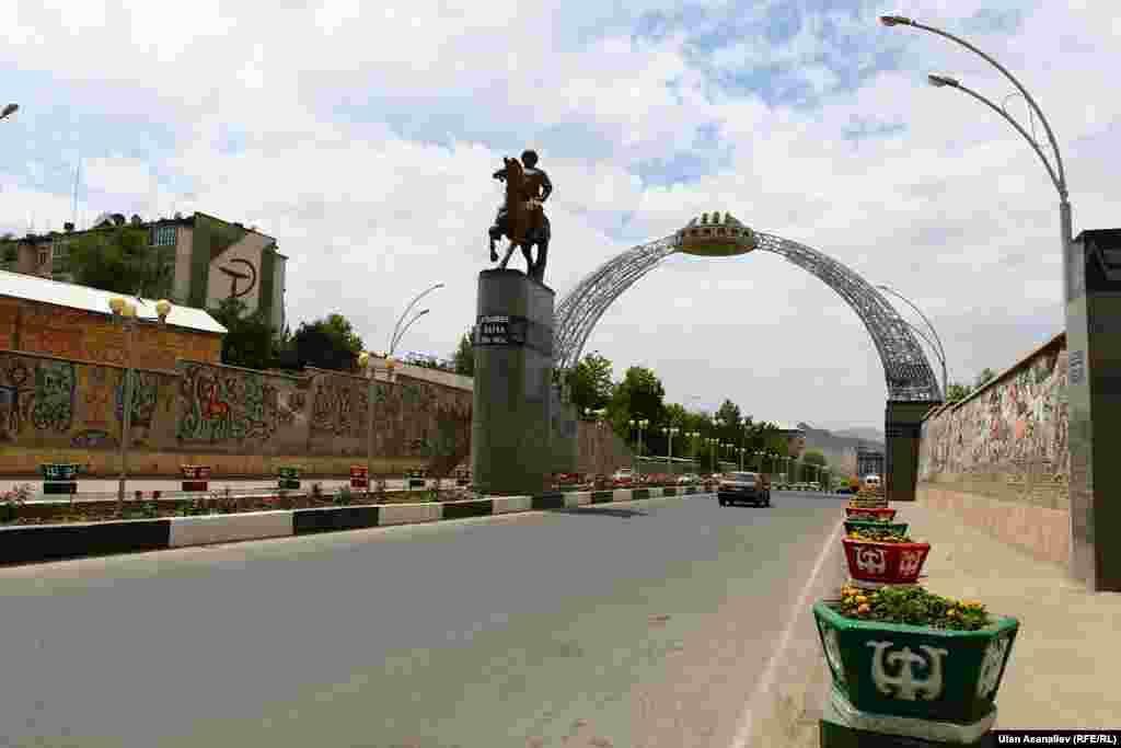 Если вы едете в Ош из столицы, обязательно увидите эту арку, называемую воротами города. Стоит отметить, что инфрастуктура города за последние несколько лет заметно улучшилась. Появилось много новых памятников и других культурно-развлекательных достопримечательностей.