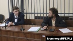 Активіст Олексій Шестакович (праворуч) і адвокат Олександр Попков (ліворуч) у підконтрольному Росії Залізничному суді Криму, 20 вересня 2016 року