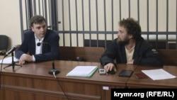 Активист Алексей Шестакович (п) и адвокат Александр Попков (л) в Железнодорожном суде Крыма, 20 сентября 2016 года