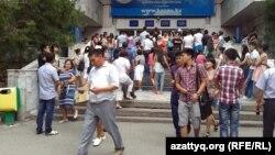 Абитуриенты у здания Казахского национального университета имени аль-Фараби. Алматы, 12 августа 2013 года.