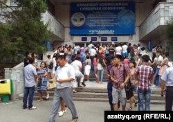 У здания Казахского национального университета имени аль-Фараби. Алматы, 12 августа 2013 года.