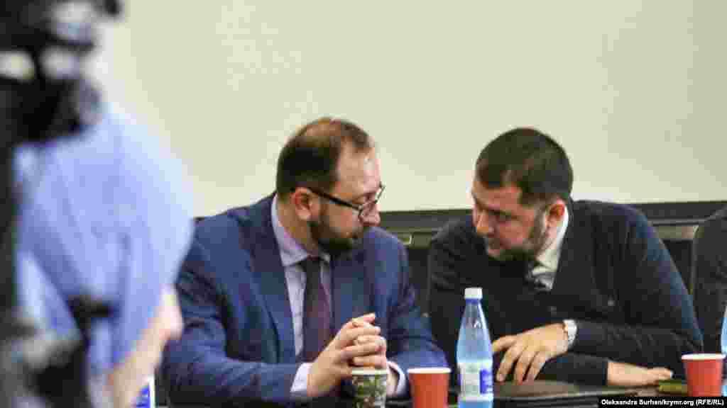 Advokatlar Nikolay Polozov ve Edem Semedlâyev toplaşuvda bir şey muzakere ete