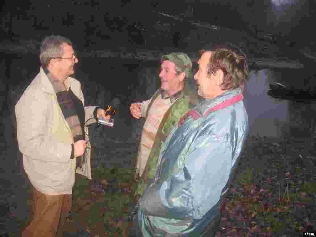 Meštani Dimitrije Zubić (desno), Ivan Pančić i novinar RSE Radovan Borović