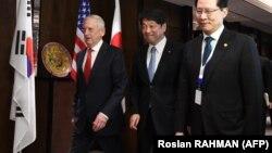 Министр обороны США Джим Мэттис (крайний слева), министр обороны Японии Итсунори Онодера и министр обороны Южной Кореи Сон Йон Му на встрече в Сингапуре