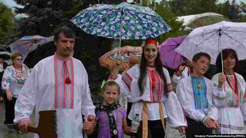 В тот день городские власти дали обещание проводить марш вышиванок ежегодно, но после российской аннексии Крыма забыли о своих словах