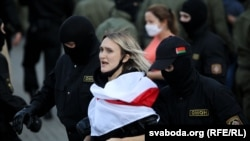 Білорусь: в Мінську тривають масові затримання жінок – фотогалерея