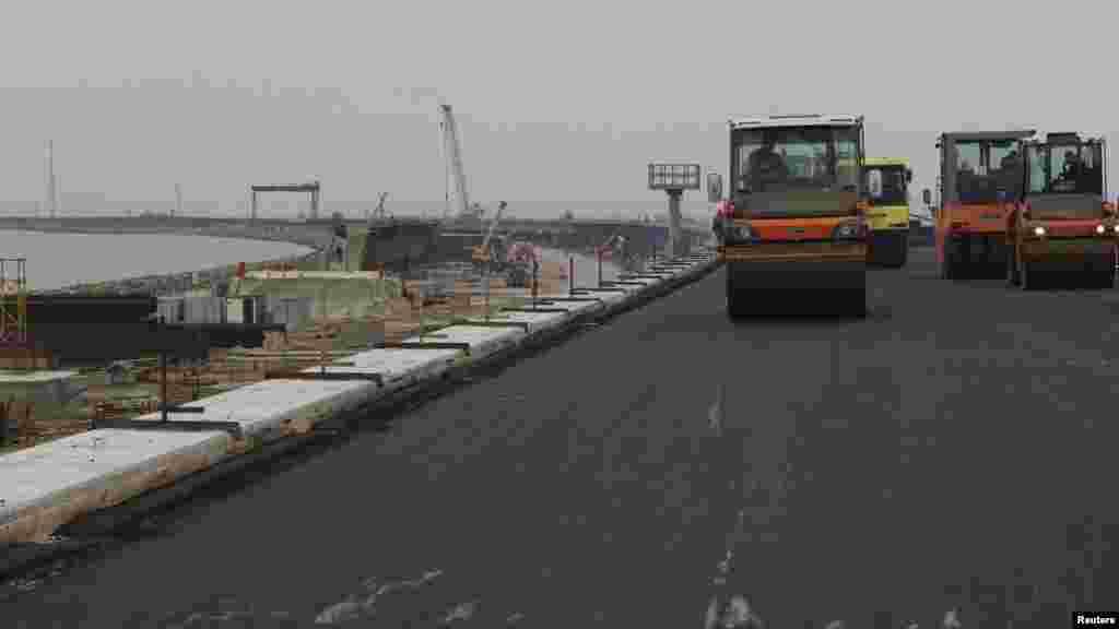 На начало декабря асфальтом покрыли лишь 13 из 17 километров моста