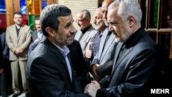 محمدرضا رحیمی (راست) در مراسم ختم همسرش که روز ۲۷ خرداد برگزار شد، همراه با محمود احمدینژاد در حال تسلیت گفتن به وی.
