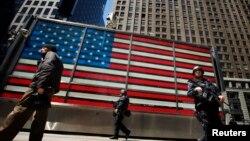 Таймс-сквер маңындағы көшеде жүрген полиция патрулі. (Көрнекі сурет)