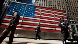 Сотрудники одного из спецподразделений полиции Нью-Йорка патрулируют Таймс-Сквер. Нью-Йорк, 26 апреля 2013 года.