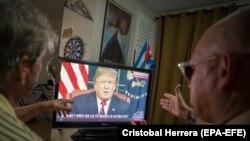 Латиноамериканские жители Флориды смотрят выступление Трампа на телевидении