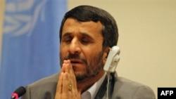 آقای احمدی نژاد که بعد از سخنرانی در مجمع عمومی سازمان ملل در يک کنفرانس مطبوعاتی شرکت کرده بود، از پاسخ دادن به يک روزنامه نگار اسراييلی نيز خودداری کرد و خواهان طرح پرسش بعدی شد.