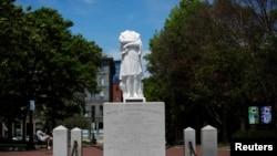 Обезглавеният паметник на Колумб в Бостън, преди да бъде премахнат