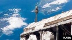 МКС. Астронавты монтируют систему энергообеспечения