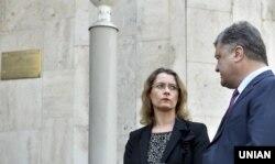Ukrainian President Petro Poroshenko and French Ambassador Isabelle Dumont in 2016