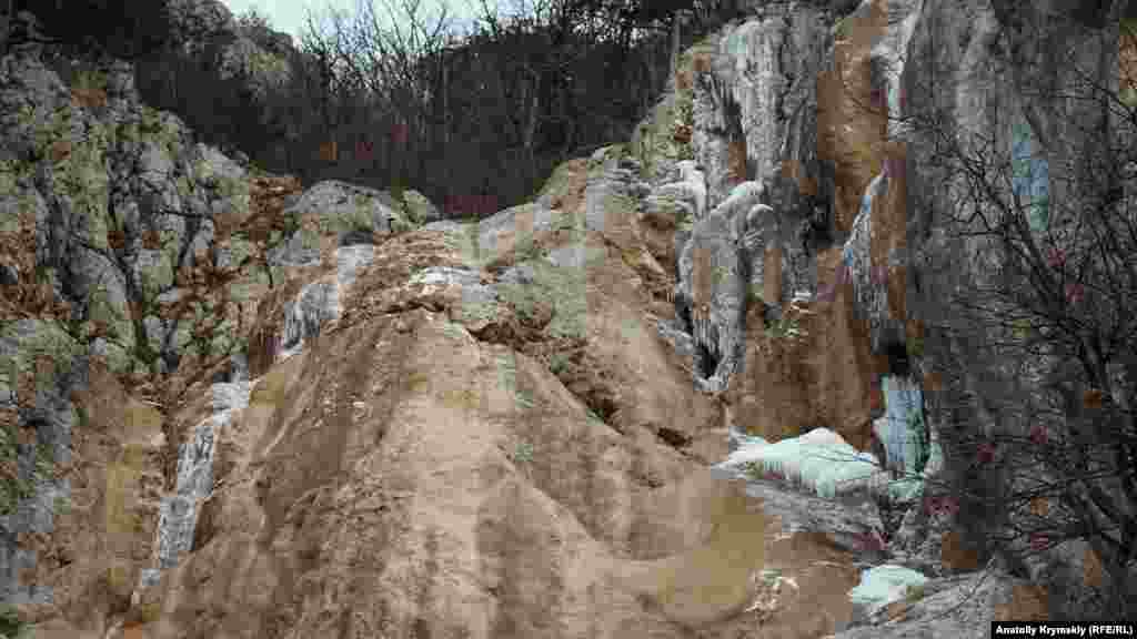 Замерзлий водоспад Весняний на масиві Бойка