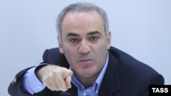 گری کاسپاروف، قهرمان پیشین شطرنج و از مخالفان دولت روسیه، رئیس کمیته بینالمللی برگزارکننده این انتخابات اینترنتیست