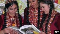 Türkmen gyzlary G.Berdimuhamedowyň awtorlygyndaky kitaby tutup dur, Aşgabat