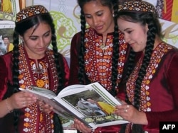 Түркіменстан президенті Гурбангулы Бердімұхаммедовтың кітабын оқып тұрған жастар.