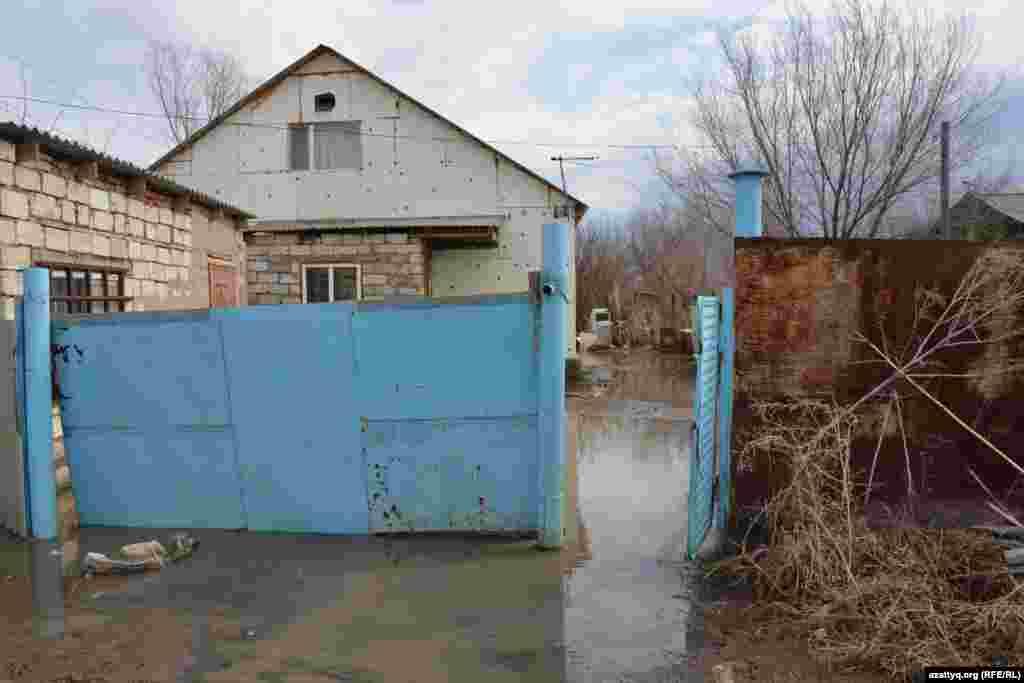 Уровень воды пошел на спад, но во дворах всё еще стоят лужи, вокруг грязь.