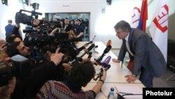 Armenia - Prime Minister Karen Karapetian speaks to journalists during a visit to Gyumri, 7Dec2016.