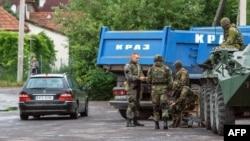 Сили безпеки України на блокпосту на дорозі до села Лавки поблизу Мукачева, 13 липня 2015 року